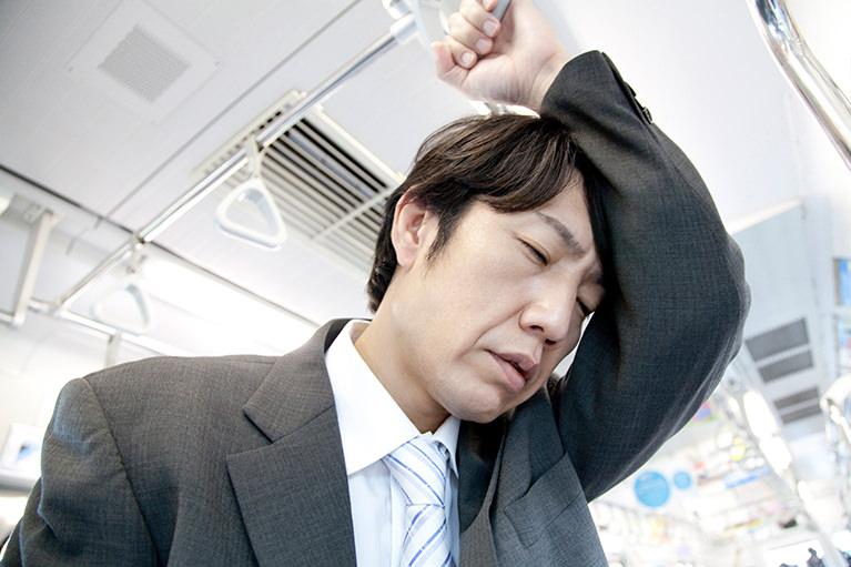 疲れている様子の男性